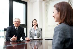 社長と秘書と会議室で面談する20代OL後姿の写真素材 [FYI01529791]