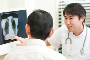 老人患者を診察する若い医師の写真素材 [FYI01529797]
