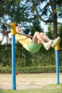 公園で鉄棒をする女の子の写真素材 [FYI01529824]