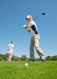 ティーショットをするゴルフを楽しむ中高年男性の写真素材 [FYI01529922]