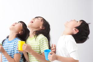 うがいをする子供男女3人の写真素材 [FYI01529938]