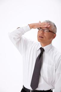 発熱で頭に手をやる中高年男性の写真素材 [FYI01529949]