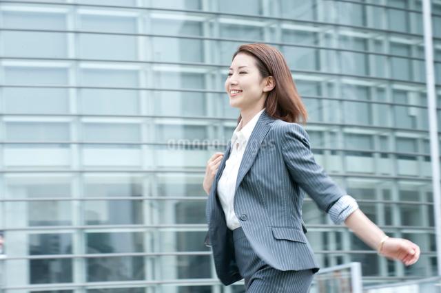 スーツを着てオフィス街を歩く20代OLの写真素材 [FYI01529960]