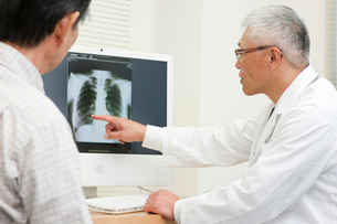 老人患者を診察する中高年の医師の写真素材 [FYI01529966]