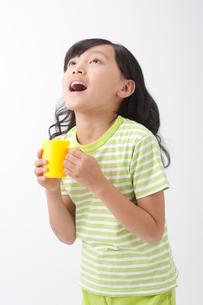 うがいをする女の子の写真素材 [FYI01530002]