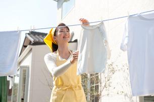 洗濯物を干す女性の写真素材 [FYI01530058]