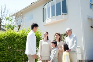 住宅の前の三世代家族の写真素材 [FYI01530404]