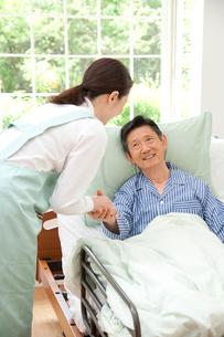 介護ベッドの老人と介護ヘルパーの写真素材 [FYI01530463]