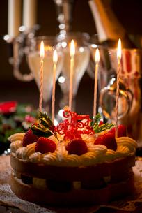 クリスマスケーキとキャンドルとシャンパンの写真素材 [FYI01530687]