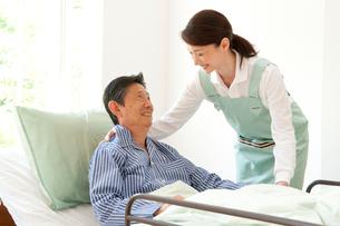 介護ベッドの老人と介護ヘルパーの写真素材 [FYI01530844]