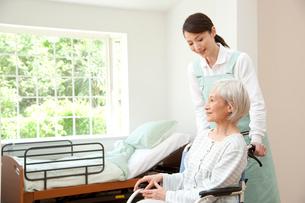 車椅子のシニア女性と介護ヘルパーの写真素材 [FYI01530909]