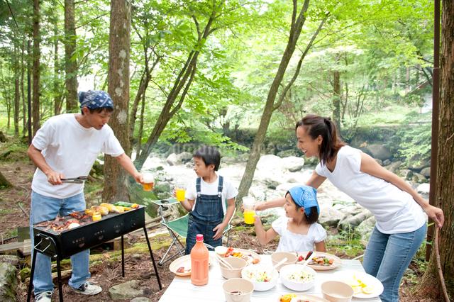 バーベキューをする家族の写真素材 [FYI01531156]