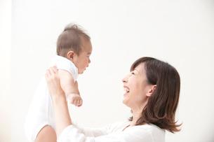 赤ちゃんと母親の写真素材 [FYI01531165]
