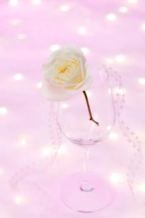 ワイングラスとネックレスとバラの花の写真素材 [FYI01531191]
