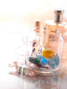 キャンディと化粧品の写真素材 [FYI01531297]