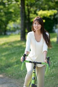 自転車に乗る20代女性の写真素材 [FYI01531558]