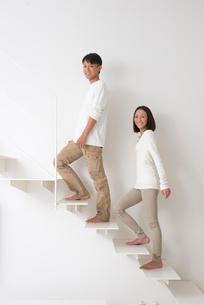 階段を登る夫婦の写真素材 [FYI01531786]