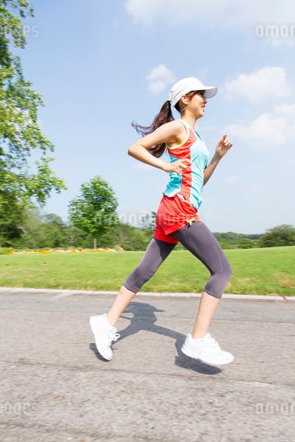 ジョギングするスポーツウェアの女性の写真素材 [FYI01531816]