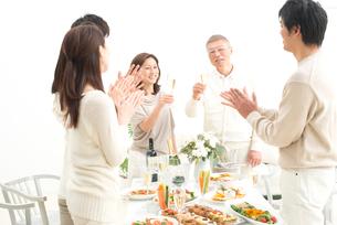 お祝いの拍手をされるシャンパンを飲む中高年夫婦の写真素材 [FYI01531973]
