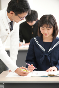 授業中の中学生男女と男性教師の写真素材 [FYI01531980]
