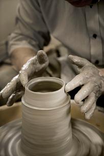 陶芸をする手の写真素材 [FYI01532074]