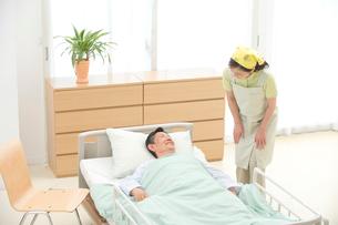 介護ベッドの老人と介護ヘルパーの写真素材 [FYI01532205]