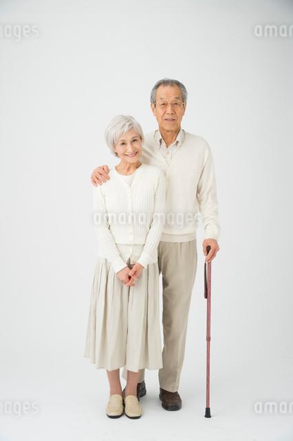 ステッキを持って寄り添う老夫婦の写真素材 [FYI01532286]