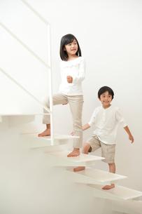 階段を上る子供男女の写真素材 [FYI01532302]