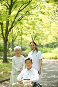 車椅子の老人夫婦と看護師の写真素材 [FYI01532321]