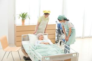 介護ベッドの老人と介護ヘルパーの写真素材 [FYI01532442]