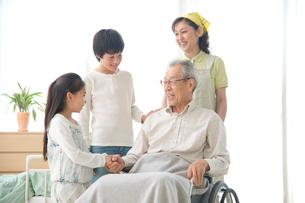 車椅子の老人と孫と介護ヘルパーの写真素材 [FYI01532490]