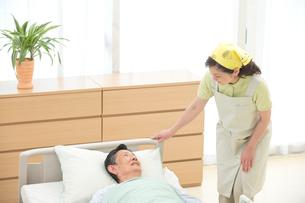 介護ベッドの老人と介護ヘルパーの写真素材 [FYI01532512]