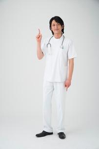 指差しする医者の写真素材 [FYI01532517]