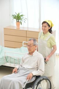 車椅子の老人と介護ヘルパーの写真素材 [FYI01532575]