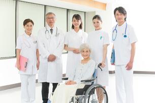 車椅子のシニア女性患者と医者と看護師集合の写真素材 [FYI01532586]