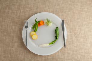 皿とナイフとフォークと野菜の写真素材 [FYI01532589]