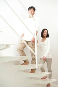階段を上る20代カップルの写真素材 [FYI01532618]