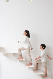 階段を登る子供男女の写真素材 [FYI01532809]