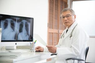 診察室のレントゲン写真と医者の写真素材 [FYI01532869]