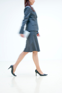オフィスを歩くOLの写真素材 [FYI01532871]