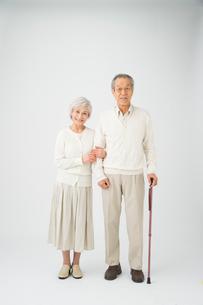 ステッキを持って寄り添う老夫婦の写真素材 [FYI01532873]