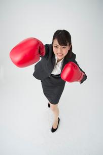 ボクシングするOLの写真素材 [FYI01532902]