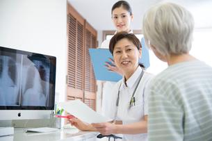 女医に受診するシニア女性患者と看護師の写真素材 [FYI01532936]