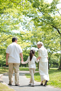 孫と散歩するシニア夫婦の写真素材 [FYI01533018]