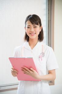 ファイルを持つ看護師の写真素材 [FYI01533051]