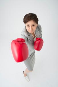 ボクシングするミドル女性の写真素材 [FYI01533196]