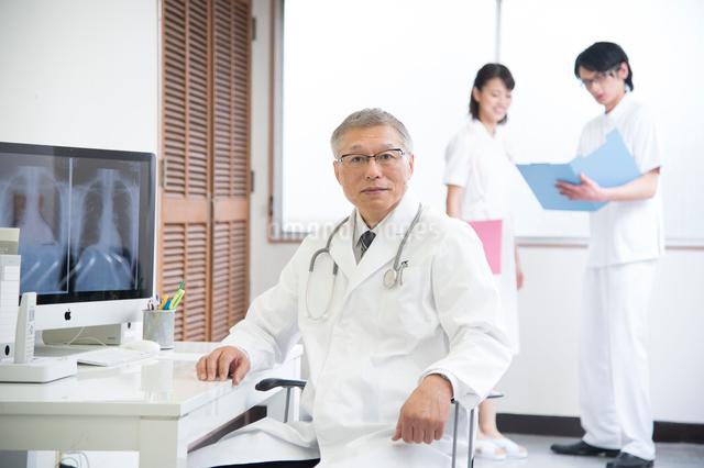 診察室の医者と看護師男女の写真素材 [FYI01533209]
