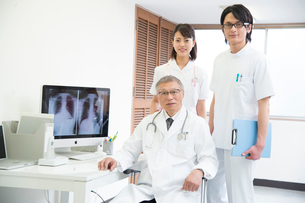 診察室の医者と看護師男女の写真素材 [FYI01533218]