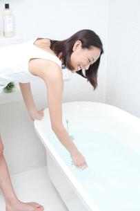 お風呂の湯加減をみる女性の写真素材 [FYI01533283]