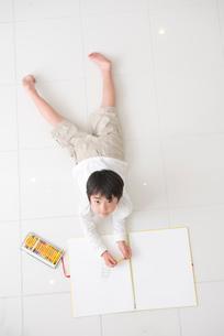 お絵描きする男の子の写真素材 [FYI01533426]